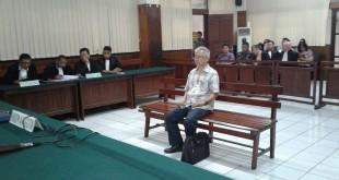 Terdakwa Paulus Iwo saat menjalani sidang pembacaan eksepsi di Pengadilan Negeri Manado, Kamis (09/03)