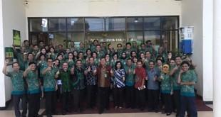 TAPM Badilum Mahkamah Agung RI saat foto bersama dengan seluruh hakim PN Manado, panitera PN Manado dan staf
