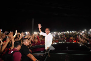 Presiden Jokowi di kepung warga yang ingin bersalaman