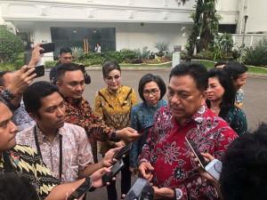 Didampingi Bupati dan Walikota, Gubernur Olly Dondokambey memberikan keterangan kepada jurnalis di Istana Kepresidenan.(Foto: hms)