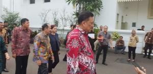 Presiden Jokowi mendengarkan langsung pemaparan dari Bupati dan Walikota terkait fokus pembangunan di daerahnya masing-masing.(Foto: hms)