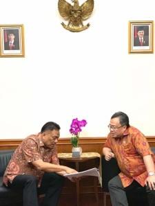 Gubernur Sulut Olly Dondokambey saat memaparkan usulannya terkait rencana pembangunan infrastruktur baru di Sulut kepada Menteri PPN/Bappenas Bambang Brodjonegoro, Jumat (10/5/2019) siang.(Foto: dok/hms)