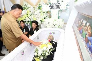 Suasana di rumah duka wartawan senior Freddy Roeroe saat Gubernur Sulut Olly Dondokambey datang melayat, Selasa (14/5/2019).(Foto: hms)