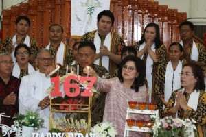 Gubernur Olly Dondokambey dan istri, menghadiri Ibadah Syukur HUT ke-167 GMIM Moria Kolongan, Minut, (19/5/2019).(Foto: hms)