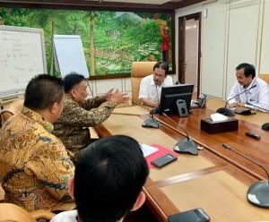 Gubernur Olly Dondokambey menjelaskan pembangunan di Sulut kepada Menteri ATR/BPN Sofyan Djalil, di Jakarta pada Rabu 23 Mei 2019.(Foto(dok/hms)