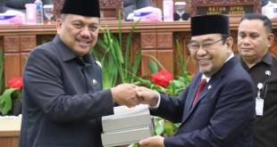 Gubernur Sulut Olly Dondokambey menerima LHP LKPD Sulut Tahun 2018.(Foto: dok/hms)