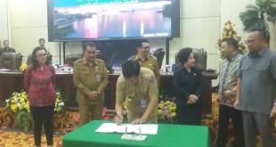 Walikota Manado saat tandatangani berita  acara LKPJ walikota Manado 2018