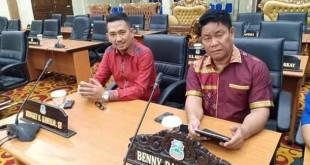 Hengky kawalo dan Benny Parasan duduk berdampingan di rapat paripurna