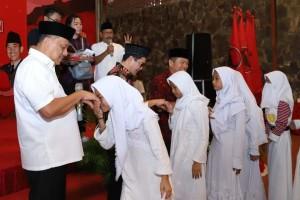 Ketua DPD PDIP Sulut Olly Dondokambey menyerahkan bantuan kepada umat Muslim di Minut, Sabtu 1 Juni 2019.(Foto: ist)