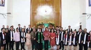 Gubernur Olly Dondokambey didampingi Ketua TP PKK SUlut Rita Dondokambey-Tamuntuan bersama Pendeta dan Pelsus GMIM Efrata Kamasi Tomohon.(Foto: dokhms)