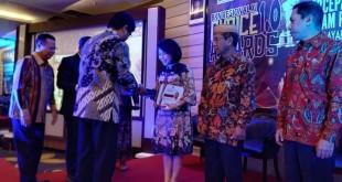 Penyerahan penghargaanBKN Regional XIAward 2019 kepada Pemprov Sulut yang diterima Kepala BKD Femmy Suluh, di Yogyakarta, Rabu 26 Juni 2019.(Foto: hms)