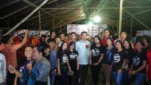 Para pemuda berebut hendak foto selfi dengan Wagub Sulut Steven Kandouw di Perkemahan Karya Pemuda GMIM 2019, di Desa Tontalete Kecamatan Kema, Minut, Senin 3 Juni 2019).(Foto: dok/hms)