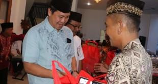 Wagub Sulut Steven OE Kandouw  membagikan bantuan saat hadir pada buka puasa bersama umat Muslim di Kota Bitung, Senin 3 Juni 2019 sore.(Foto: dok/hms)