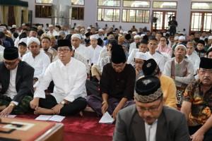 Wagub Sulut Steven Kandouw tampak berbaur bersama umat Muslim di Mesjid Raya Ahmad Yani Manado, Rabu 5 Juni 2019.(Foto: dok/hms)