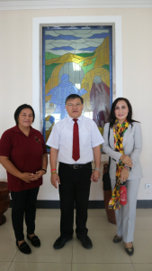 Ketua BPMS GMIM Pdt Dr Hein Arina diapit Ketua YSYI Yunita Siwi SP, dan Duta Yaki Indonesia Dra Khouni Lomban-Rawung, usai penandatangan MoU, di kantor Sinode GMIM, Tomohon, Kamis 13 Juni 2019.(Foto: ist)