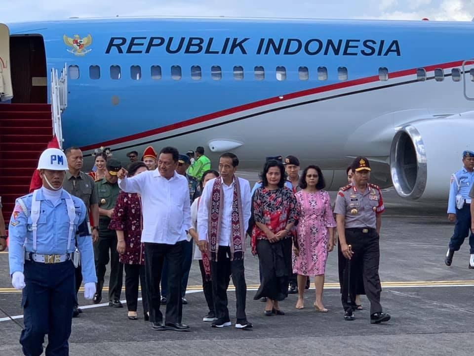 Presiden Jokowi mendapat penjelasan Gubernur Olly Dondokambey saat tiba di Bandara Sam Ratulangi Manado pada Kamis 4 Juli 2019.(Foto: hms)