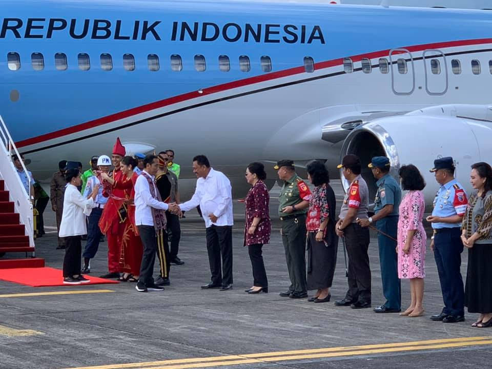 Presiden Jokowi bersama Ibu Negara Iriana Joko Widodo saat tiba di Bandara Sam Ratulangi Manado pada Kamis 4 Juli 2019.(Foto: hms)