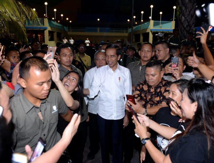Kedatangan Presiden Jokowi di Boulevard Manado, disambut warga yang sudah menantinya.(Foto: ist)