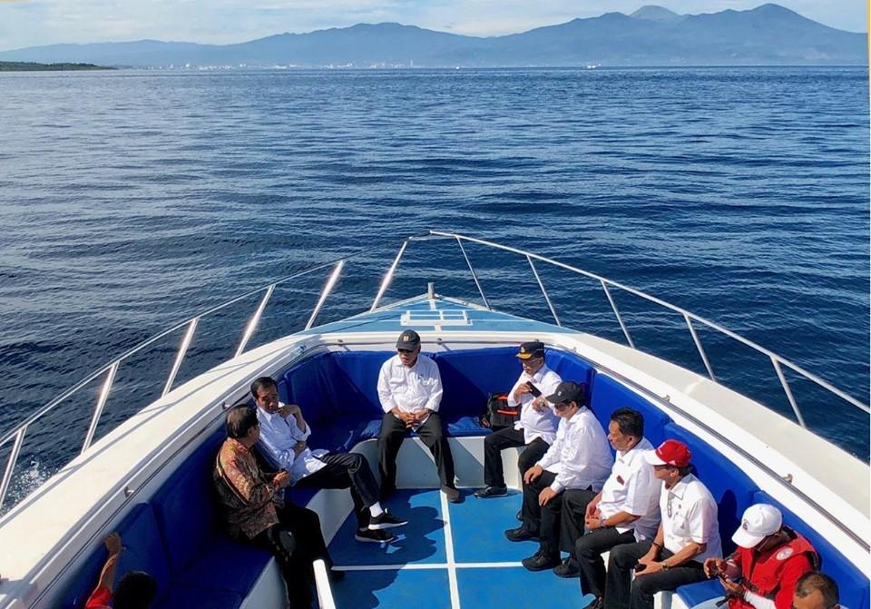 Presiden RI Joko Widodo menggelar rapat terbatas di atas kapal yang tengah berlayar di perairan Teluk Manado, Jumat 5 Juli 2019.(Foto: Presiden Joko Widodo_Fb)