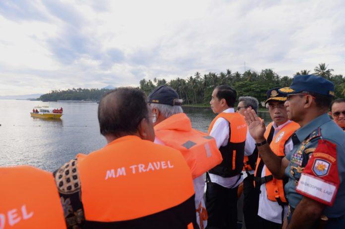 Presiden Jokowi mengamati suasana di Dermaga Bunaken.(Foto: ist)