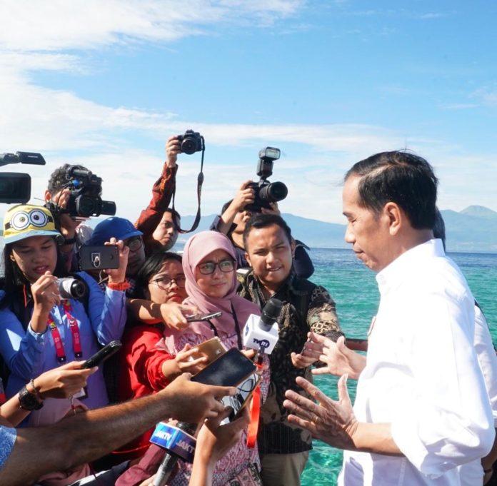 Presiden Joko Widodo saat diwawancara wartawan di Bunaken.(Foto: ist)