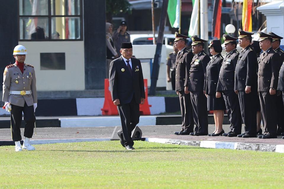 Gubernur Sulut Olly Dondokambey pada upacara peringatan HUT ke-73 Bhayangkara, yang digelar di halaman Mapolda Sulut, Rabu 10 Juli 2019.(Foto: dok/jan)