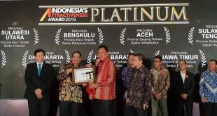 Gubernur Sulut Olly Dondokambey saat menerima penghargaan di ajang IAA 2019, di Hotel Pullman Jakarta, Selasa 23 Juli 2019.(Foto: ist)