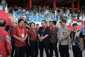 Gubernur Sulut Olly Dondokambey saat berada di Stadion Klabat usai pertandingan BFC Sulut United lawan Persiba Balikpapan, Minggu 7 Juli 2019.(Foto: ist)