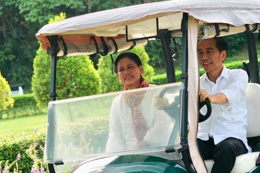 Presiden RI Joko Widodo dan Ibu Negara Iriana Joko Widodo menikmati suasana di Tanjung Pulisan, Likupang.(Foto: ist)