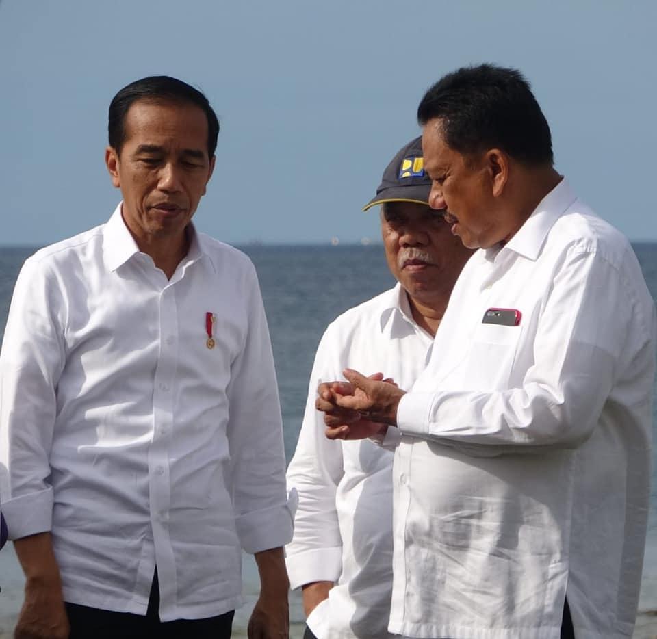 Gubernur Olly Dondokambey menjelaskan kepada Presiden RI Joko Widodo terkait potensi dan rencana serta kendala dalam pengembangan KEK pariwisata Likupang.(Foto: ist)