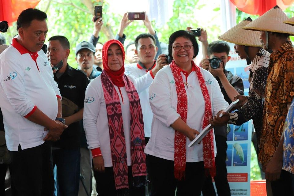 Penyerahan bantuan oleh Menteri Lingkungan Hidup dan Kehutanan (LHK) Siti Nurbaya Bakar, di sela-sela pelaksanaan Program Gerakan Nasional Peduli Mangrove, Pemulihan DAS (Daerah Aliran Sungai) dan Kampung Hijau Sejahtera, di Kelurahan Meras Kecamatan Bunaken, Kota Manado, Selasa 9 Juli 2019.(Foto: dok/hms)