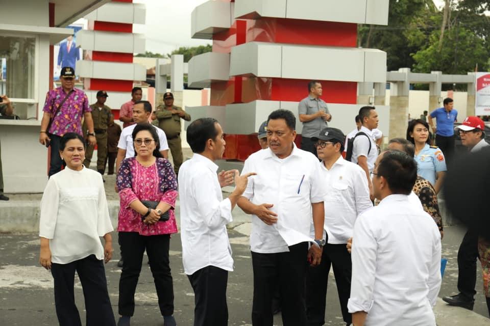 Kepala Negara dan Gubernur Sulut beserta menteri terkait terlibat diskusi saat berkunjung ke Pelabuhan Bitung.(Foto: ist)
