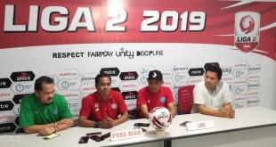 Dari kiri ke kanan: Manager Ferry Montolalu, Ass Pelatih M Jailani Saputra, Kapten tim PSBS Biak Andreas Karundeng, dan Harry Paat dari Media Center.(Foto: ist)