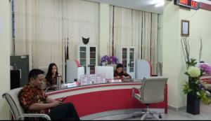 Kepala DPMPTSP Sulut Franky Manumpil meninjau ruangan PTSP .(Foto: gyp)