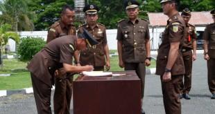 Kajari Talaud Agustiawan Umar saat memimpin sertijab Kacabjari Beo dari Ryan Jerry Untu ke Enrico Deifie Mandey.(Foto: ist)