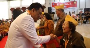 Gubernur Sulut Olly Dondokambey SE menyalami para anggota LVRI Sulut. (Foto: ist)