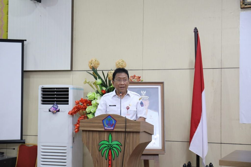 Sekprov Sulut Edwin Silangen saat sambutan pada acara monitoring kerjasama dengan KPK yang dilaksanakan di ruang CJ Rantung kantor gubernur, Rabu 21 Agustus 2019.(Foto: hbm)