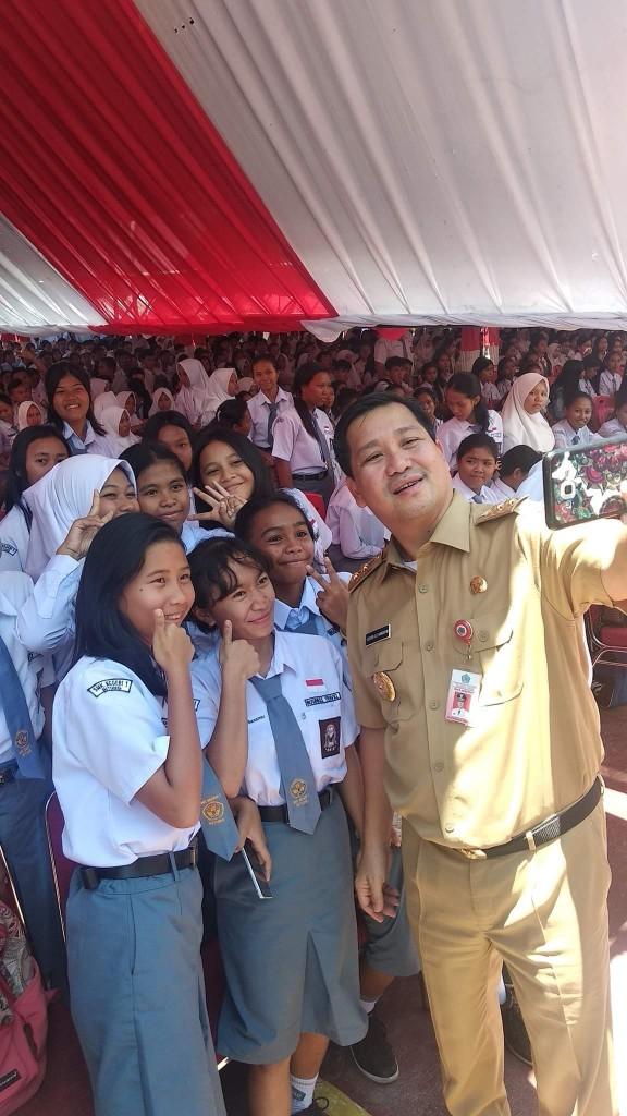 Wagub Sulut Steven Kandouw berswafoto bersama para pelajar SMA/SMK di Kota Bitung, Senin 16 September 2019.(Foto: dok/SK_fb)