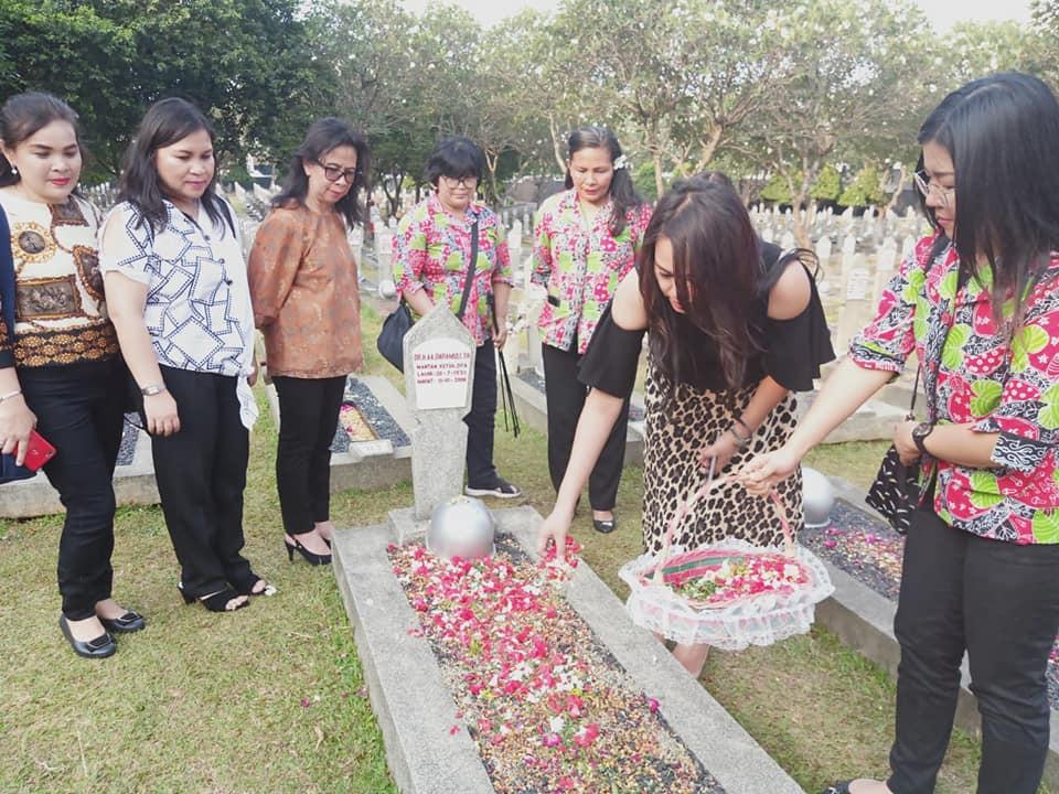 Mewakili ODSK, Karo Kesra ziarah dan tabur bunga di makam para mantan Gubernur Sulut di TMP Kalibata, Selasa 17 September 2019.(Foto: dok/kdt)