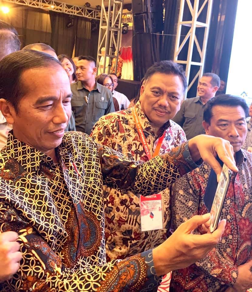 Presiden Jokowi saat berswafoto dengan peserta Konas XIII FK PKB PGI tahun 2019.