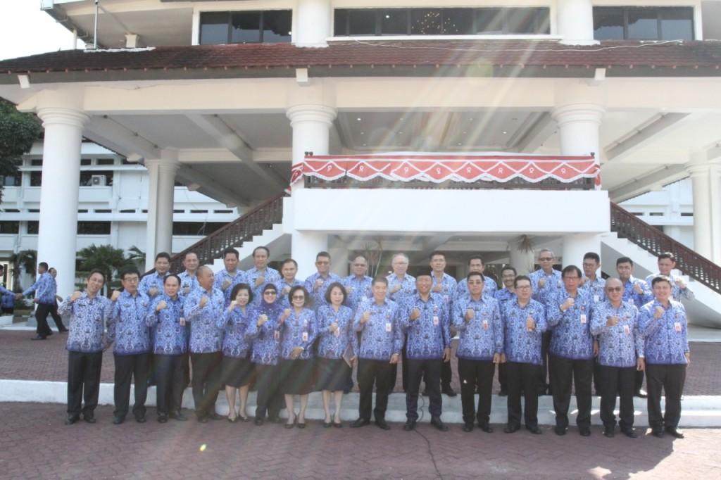 Sekprov Sulut Edwin Silangen SE MS bersama kepala perangkat daerah Pemerintah Provinsi Sulut pada Pencanangan Bulan Disiplin.(Foto: dok/bkdsulut)