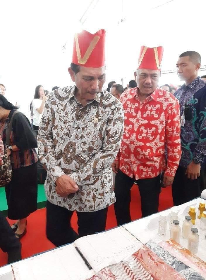 Menko Kemaritiman dan Investasi RI Luhut Binsar Panjaitan dan Gubernur Sulut Olly Dondokambey SE meninjau stand pameran.(Foto: hbm)
