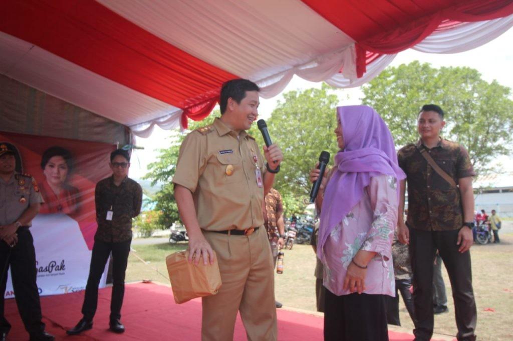Wagub Sulut Drs Steven OE Kandouw menghadiri acara Family Gathering dan Graduasi Mandiri KPM PKH, di Lapangan Sari Cakalang, Kota Bitung, Selasa 22 Oktober 2019.(Foto: hbm)