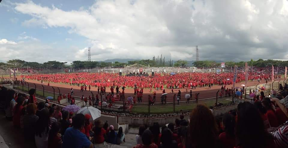 Ribuan penari Kabasaran yang adalah para pelajar se-Minahasa yang tampil menyambut kedatangan Menpora Zainudin Amali di Stadion Maesa Tondano, Jumat 1 November 2019.(Foto: fb/novykumarurung)