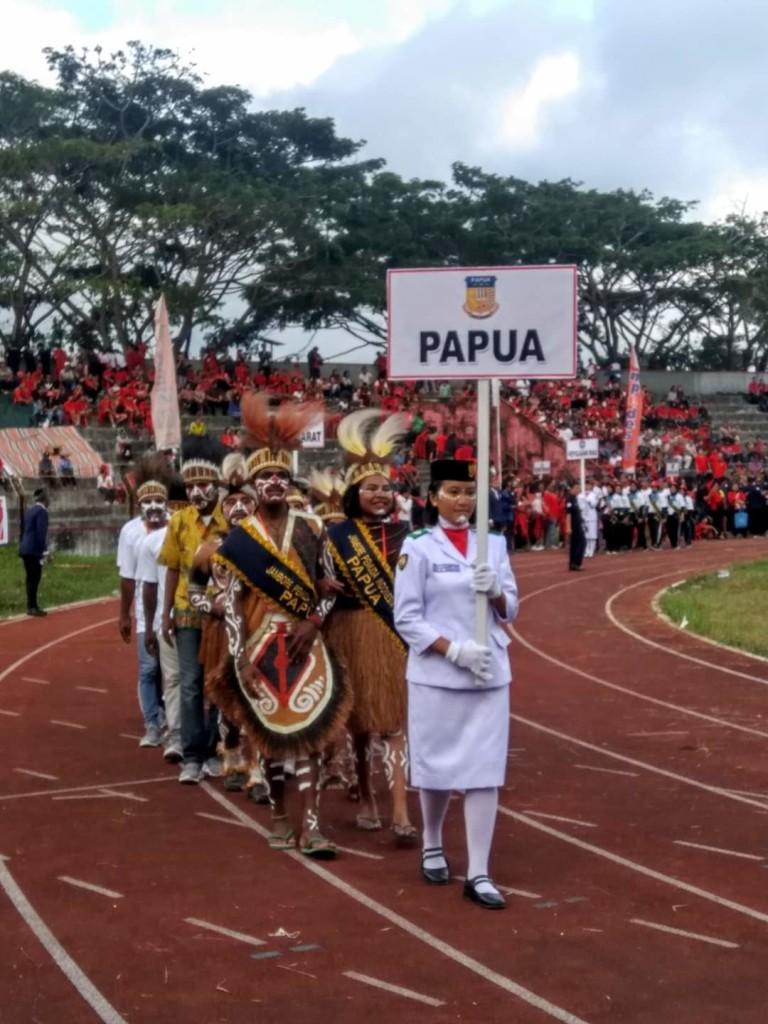 Kontingen Provinsi Papua saat defile bersama kontingen dari provinsi lainnya.(Foto: dok/pingkanmandagi)
