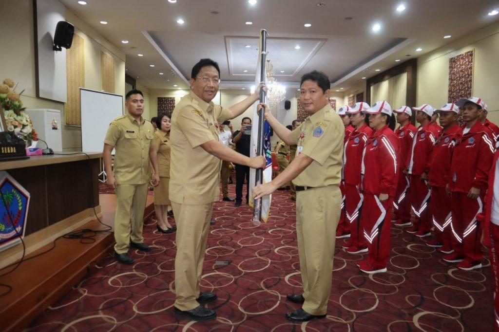 Sekprov Sulut Edwin Silangen SE MS melepas kontingen Pornas Korpri Provinsi Sulut, di ruang CJ Rantung kantor gubernur, Senin 4 November 2019.(Foto: hbm)