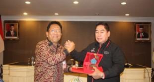Sekprov Sulut Edwin Silangen SE MS dan Sekprov Sulsel Abdul Hayat, dalam pertemuan di ruang FJ Tumbelaka, Kamis 7 November 2019.(Foto: hbm)