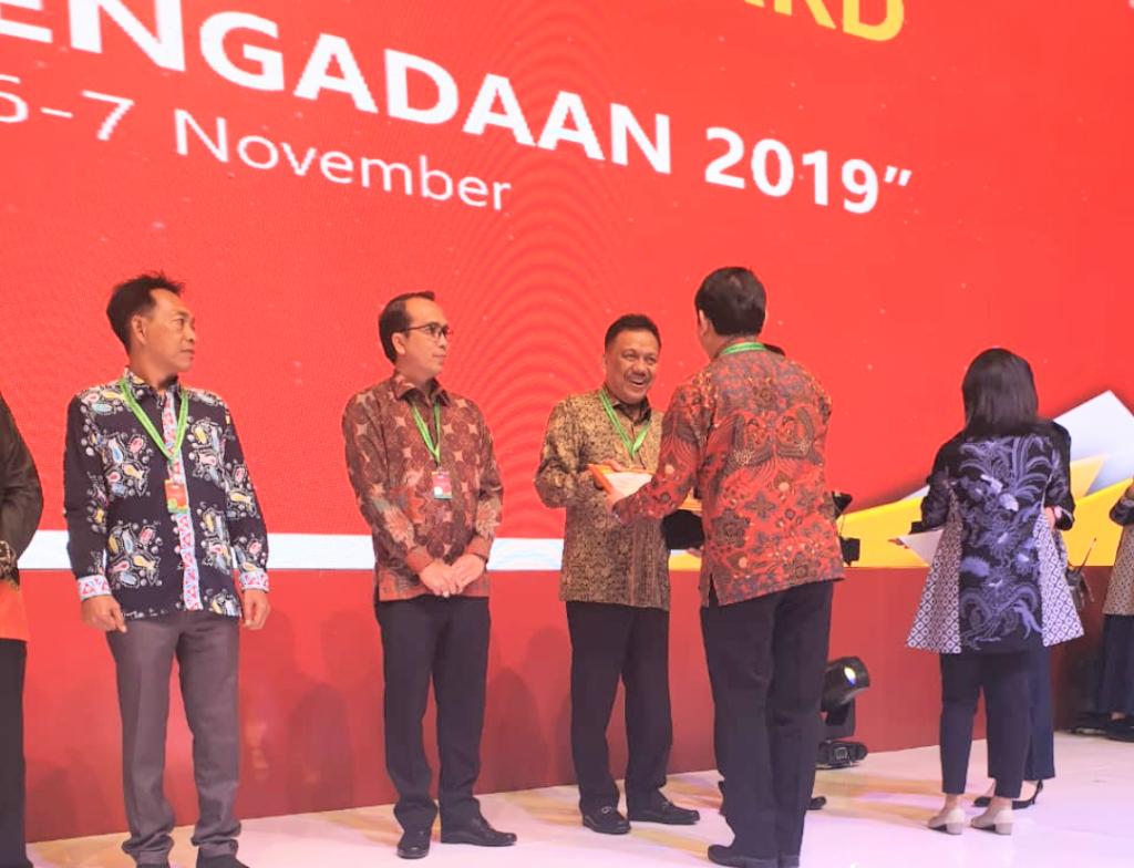 Gubernur Sulut Olly Dondokambey SE menerima langsung National Procurement Award 2019, di Rakornas PBJ 2019, di Balai Sidang JCC, Jakarta, Rabu 6 November 2019 sore.(Foto: hbm)