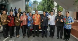 Wagub Sulut Drs Steven Kandouw usai penyerahan hadiah bagi Pemkot Bitung sebagai pemenang Penghargaan Paritrana, di lobi kantor walikota Bitung, Kamis 7 November 2019.(Foto: ist)