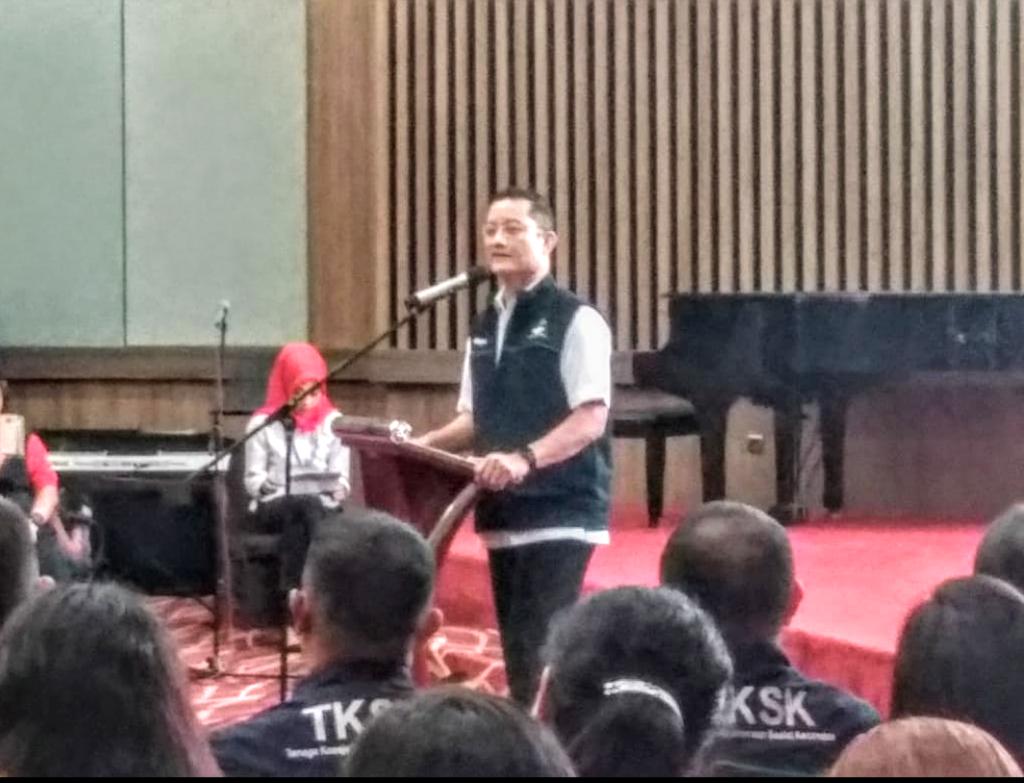Mensos RI Juliari P Batubara memberikan arahan kepada para Tenaga Kesejahteraan Sosial Kecamatan, di Hotel Aryaduta, Manado, Selasa 19 November 2019.(Foto: ist)